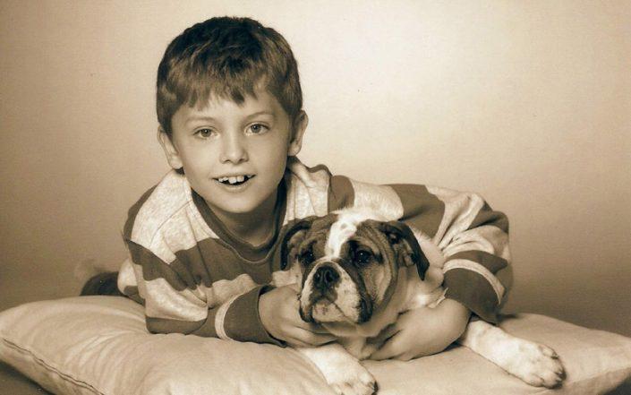 Junge mit Continental Bulldog