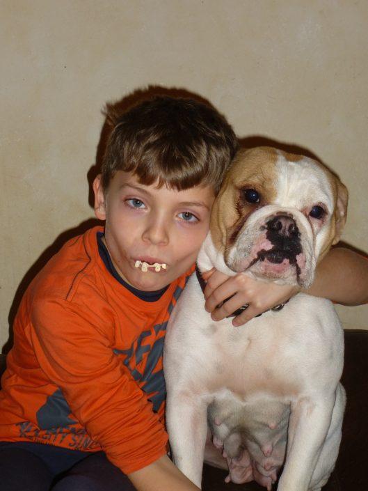 Junge mit Continental Bulldog im Arm